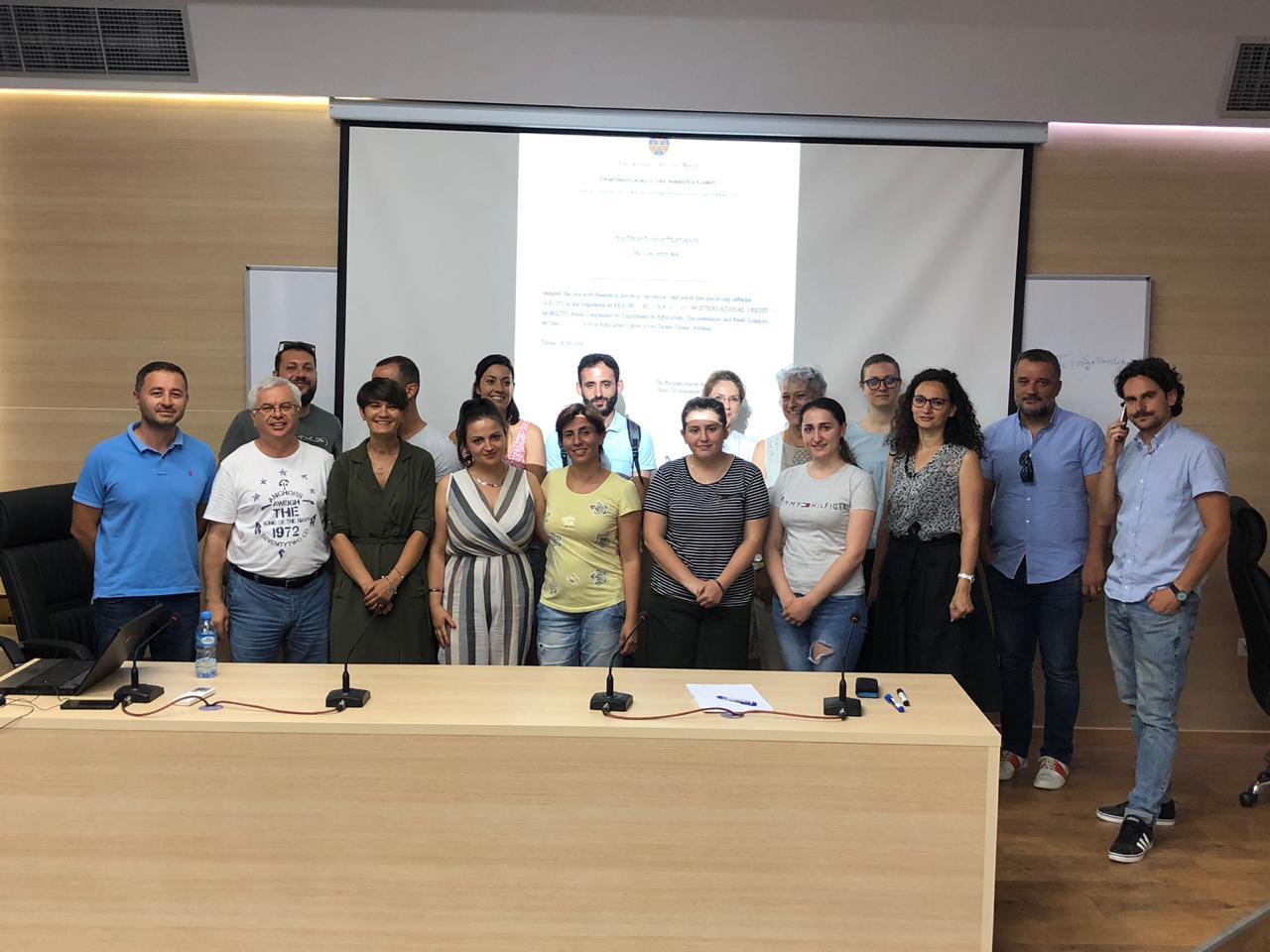 Il Team di progetto italo-albanese e alcuni studenti alla fine delle attività didattiche organizzate a Tirana